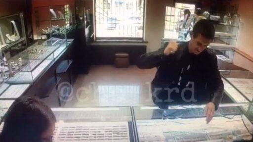 ВКраснодаре мужчина похитил изювелирного магазина неменее 30 золотых цепочек