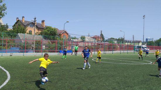 Соревнования проходят среди детских команд. В них приняли участие больше 200 ребят