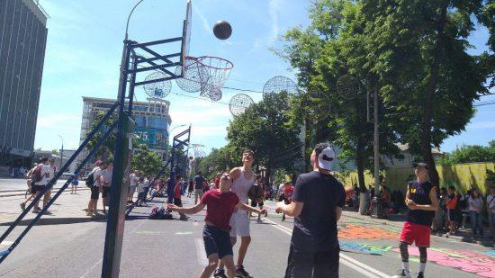 Площадкой для стритбола стала улица Красная, которую украсили граффити и баскетбольные кольца
