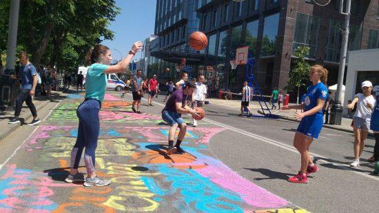 Улица Красная стала стрибольной площадкой - с баскетбольными кольцами и граффити на асфальте